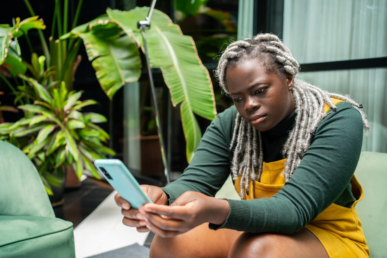 woman-staring-at-phone-how-to-overcome-fear-and-anxiety