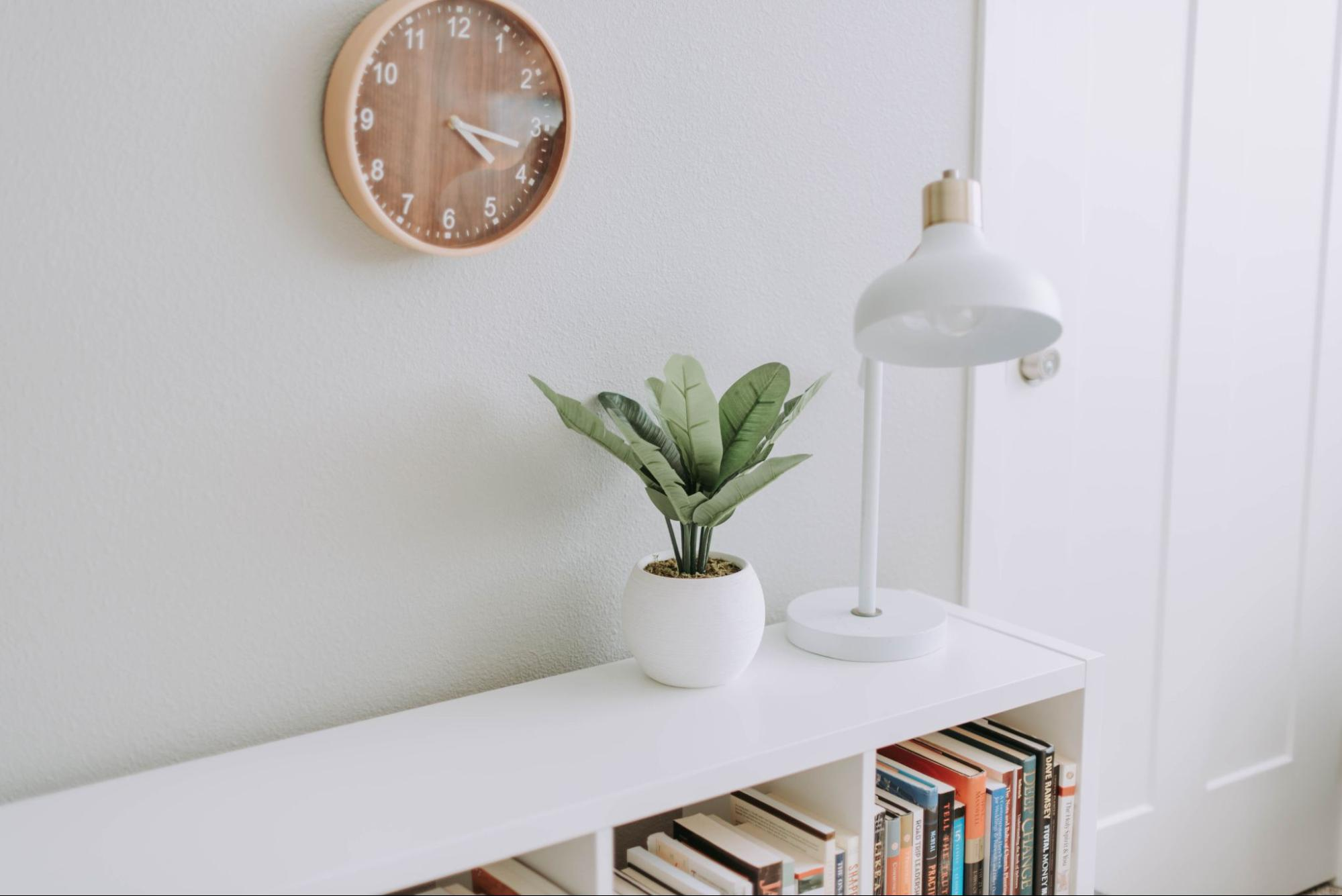clean-and-light-room-with-plant-and-lamp-on-table-stress-management-techniques